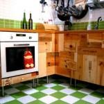 Cocina con cajas de vino