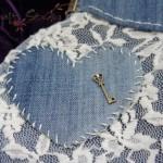 Detalle corazón bordado con llave
